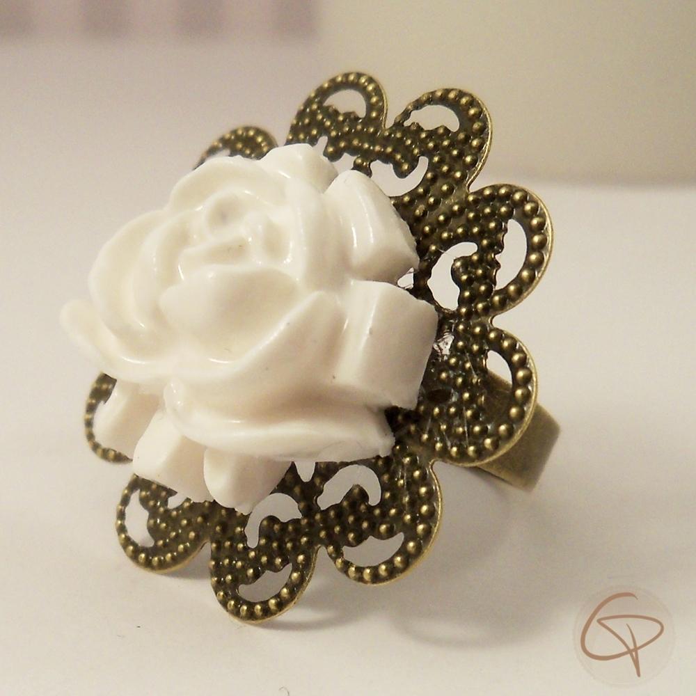 bague fantaisie pour femme avec une fleur blanche