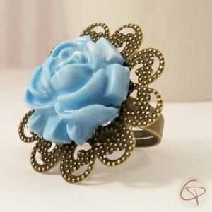 bague vintage avec une fleur bleu ciel fabriquée à la main