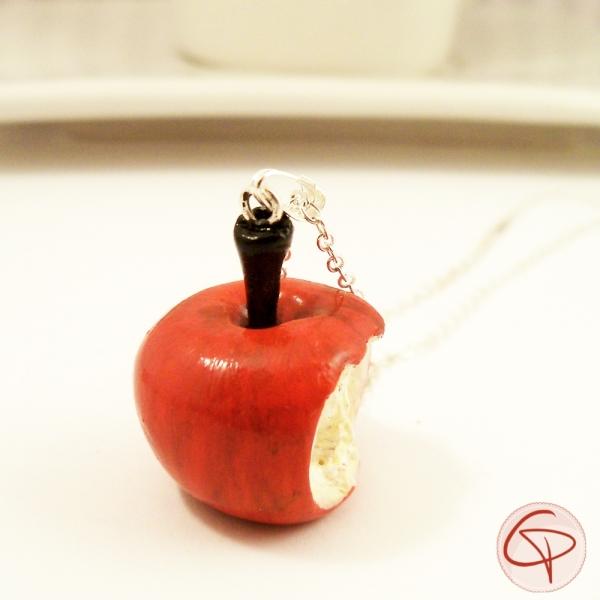 Collier sautoir pomme croquée - bijou gourmand en pendentif