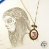 pendentif avec médaillon en verre avec un dessin de catrina