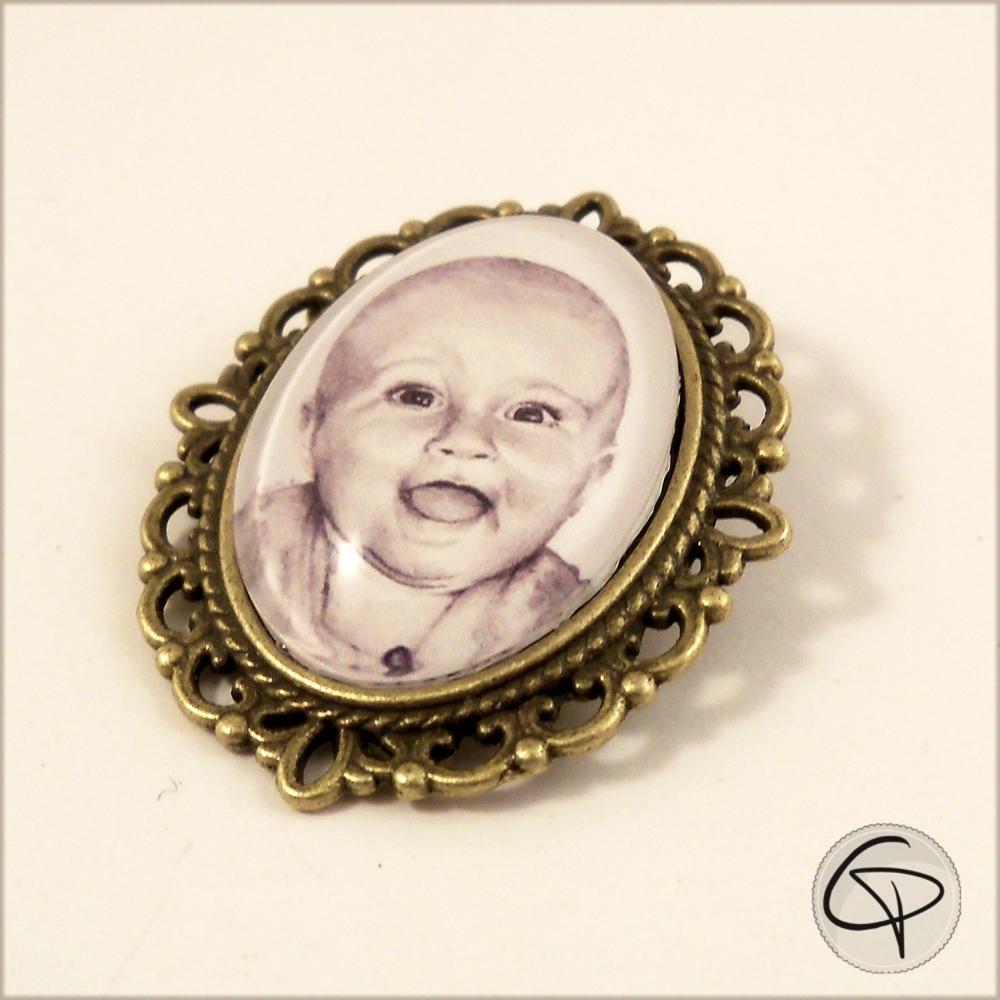 broche à vêtement avec portrait au crayon d'après photo