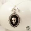 collier sautoir avec médaillon tête de mort argenté sur fond noir bijou halloween