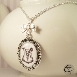 Sautoir avec corset en pendentif médaillon argenté