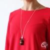 femme portant un sautoir pendentif macaron en bijou gourmand