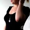 jeune femme portant un collier sautoir avec une catrina en médaillon