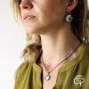 Collier palmier porté par jeune femme bijou tropical original