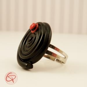 Bague réglisse noire avec chapeau rouge