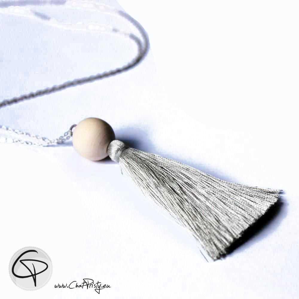 Sautoir pompon en satin vert gris et perle en bois