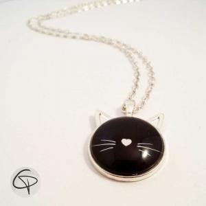 Collier argenté médaillon tête de chat noir et moustaches blanches