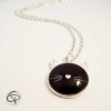 collier médaillon argenté tête de chat noir moustaches blanches