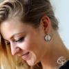 jolie jeune femme avec boucles d'oreilles aile de libellule chat pristy