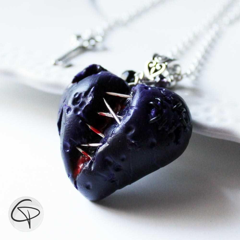 pendentif coeur ensanglanté violet