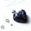 pendentif coeur ensanglanté violet cousu de fil