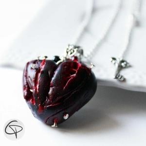 pendentif halloween coeur rouge sang clous plantés