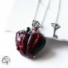 sautoir argenté pendentif coeur rouge sang clous
