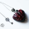 pendentif coeur sang rouge carmin pointes clouées