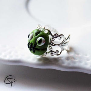 Bague tête de zombie monstre vert bouche cousue bijou halloween