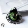 pendentif zombie vert relief médaillon bijou halloween