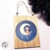 ourson assis sur la lune peint à la main sur une plaque en bois