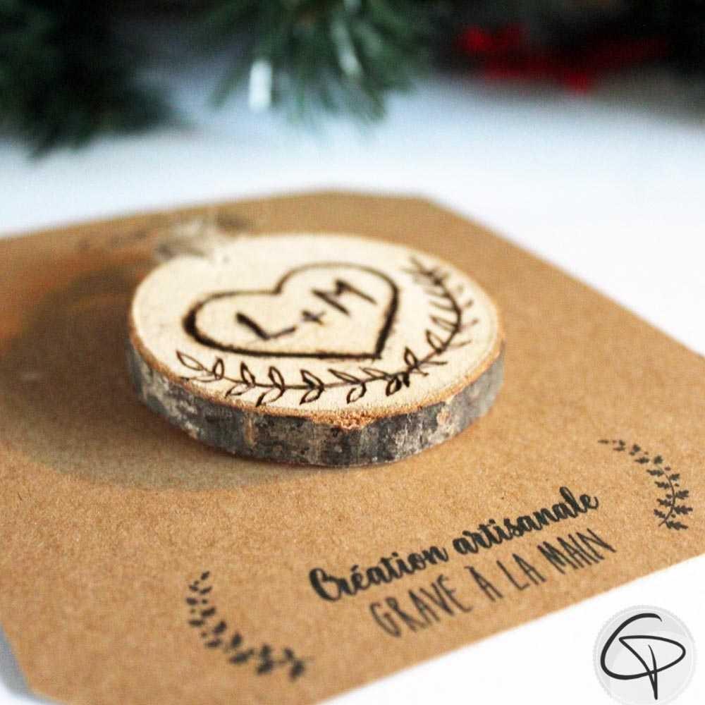 cœur en bois gravé main personnalisé initiales décoration sapin