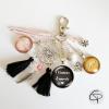 porte-clé de sac maman avec deux médaillons prénoms enfants attrape-rêve