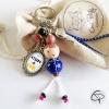 Bijou de sac poupée en bois châtain hâbit bleu, message personnalisable