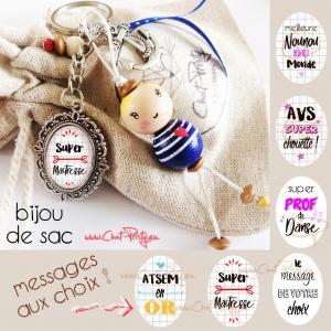 Bijou de sac poupée en bois blonde avec coeur, message personnalisé