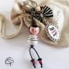 Bijou de sac poupée en bois brune avec un noeud, médaillon personnalisé
