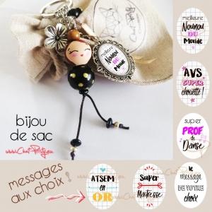Bijou de sac poupée en bois châtain à chignon, message personnalisable