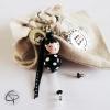 Bijou de sac poupée en bois noir à pois blanc, medaille personnalisée