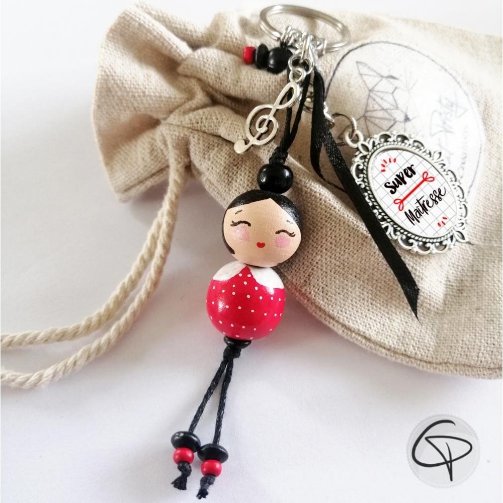 Bijou de sac poupée en bois brune, hâbit rouge à pois blanc, personnalisable