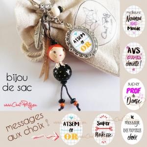 Bijou de sac poupée en bois rousse à collerette, message personnalisé