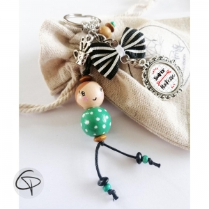 Bijou de sac poupée en bois verte pois blanc, messages au choix