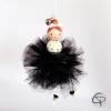 boule originale d'arbre de Noël avec une poupée danseuse avec gros pompon noir