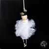 poupée avec jupe blanche réalisée artisanalement à suspendre dans le sapin de Noël