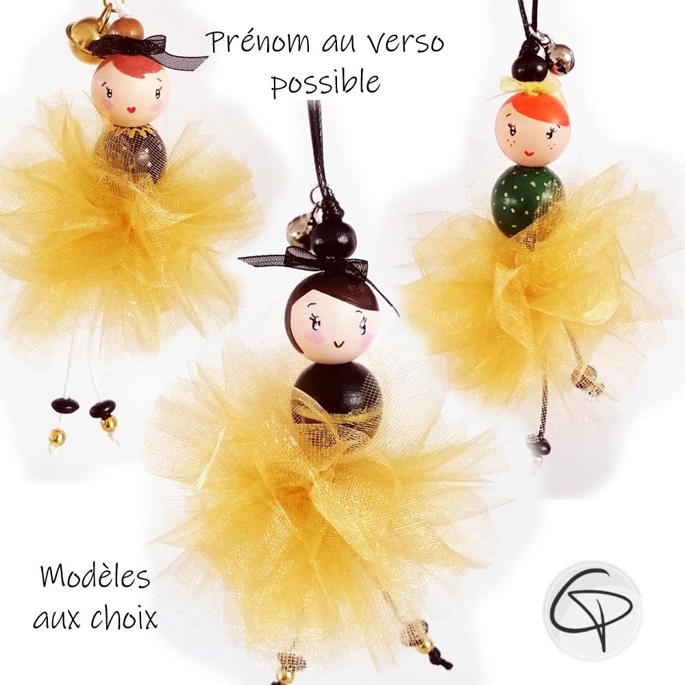 suspension poupée pour sapin avec une tenue de fête dorée