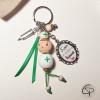 porte-clef poupée en bois avec médaillon super aide-soignante
