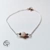 Bracelet fin avec perle nacrée et petits coeurs sur chaîne argentée