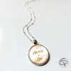 Collier mamie en or médaillon rond fond blanc message écriture dorée