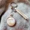 Porte-clef mamie en or ruban couleur blanc cassé suédine perle dorée