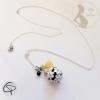 Bola de grossesse fleurs blanches pompon jaune grelot noir