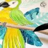 Cadeau de naissance fait main avec un dessin de perroquet vert et jaune