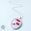 Sautoir avec des fleurs de coquelicot dans un médaillon ovale