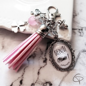Annonce de grossesse originale avec un bijou de sac bientôt mamie