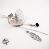 Long collier avec un médaillon rond qui s'ouvre pour mettre une photo
