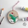 Ornement à suspendre dans le sapin joli dinosaure décoré d'un bonnet de Noël
