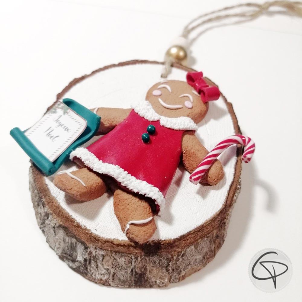 Boule de Noël artisanale avec un biscuit vêtue d'une robe rouge, message à personnaliser