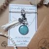 Porte-clé coordonnées de rencontre dentelle coeur perle blanche fond vert