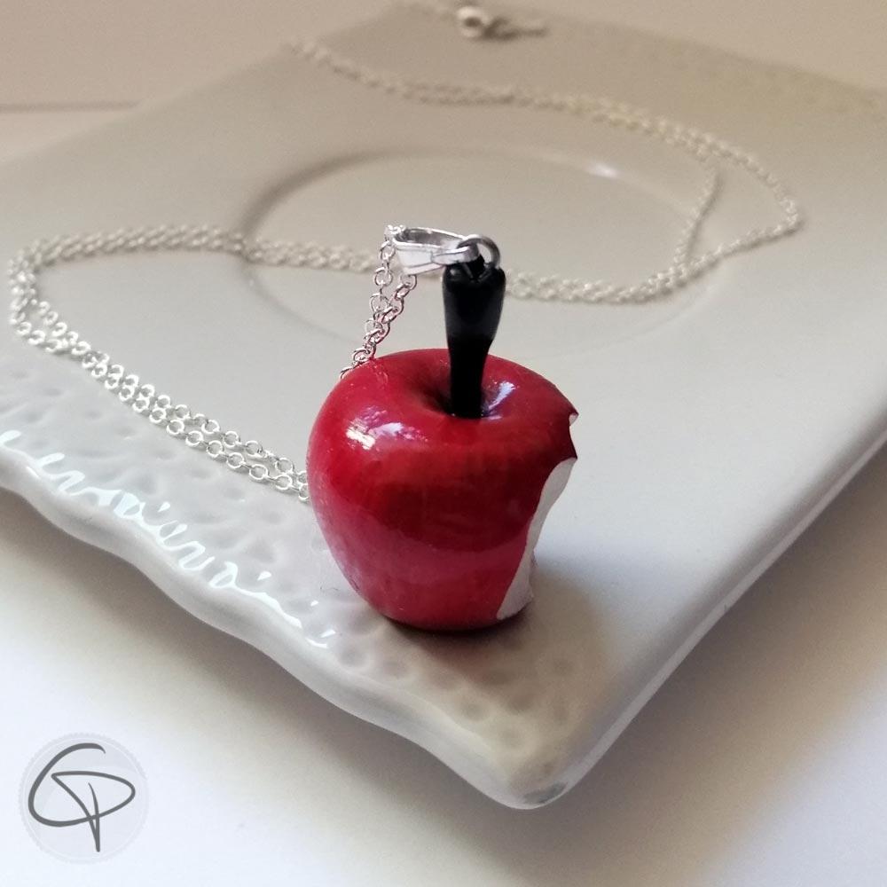 Sautoir pomme croquée fabriquée à la main par la créatrice Laura Lefebvre