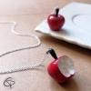 Petite pomme rouge pendentif féminin et romantique à porter en long collier
